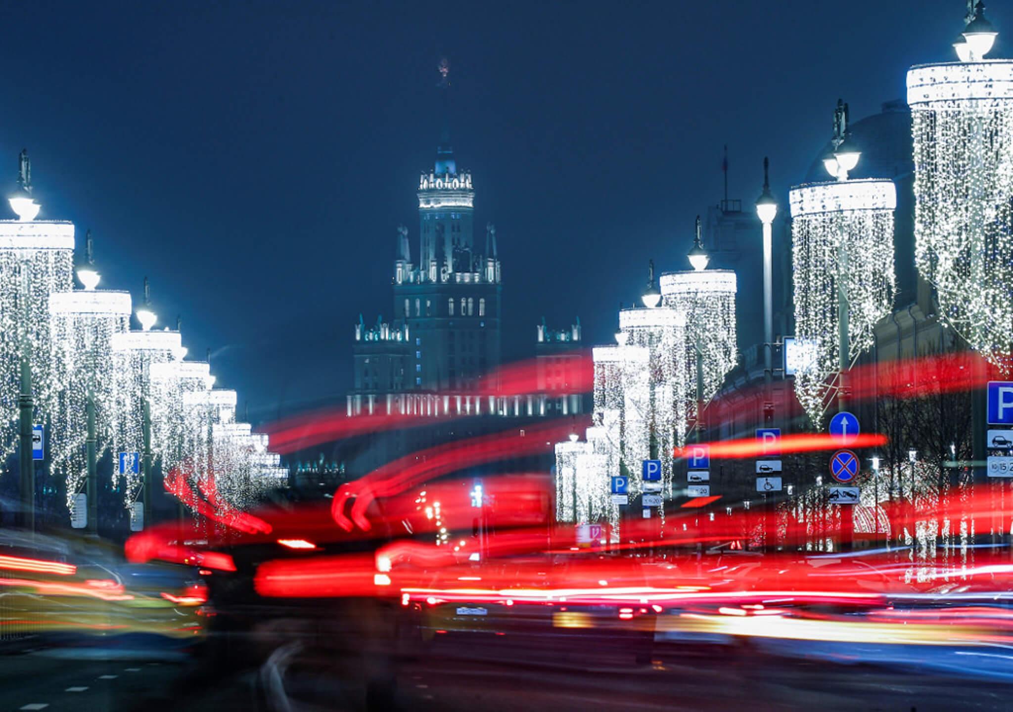 Las avenidas y edificios moscovitas lucen grandiosos en Navidad