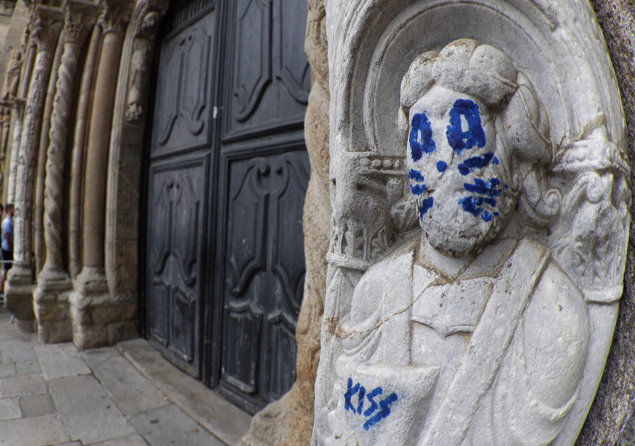 Vandalismo sobre la Portada de Platerías
