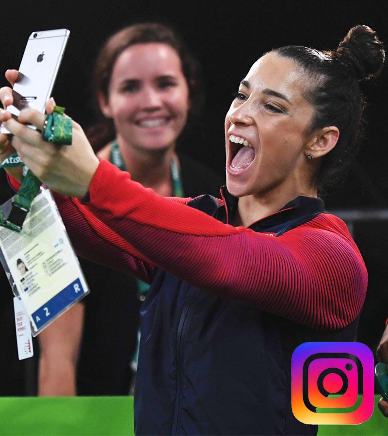 Alexandra Raisman haciéndose un selfie después de celebrar sus medallas de oro