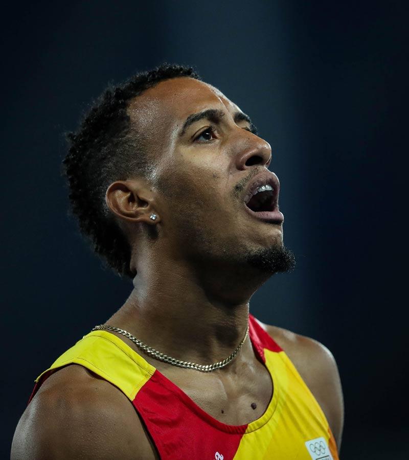 Orlando Ortega celebrando la plata en los 110 metro vallas