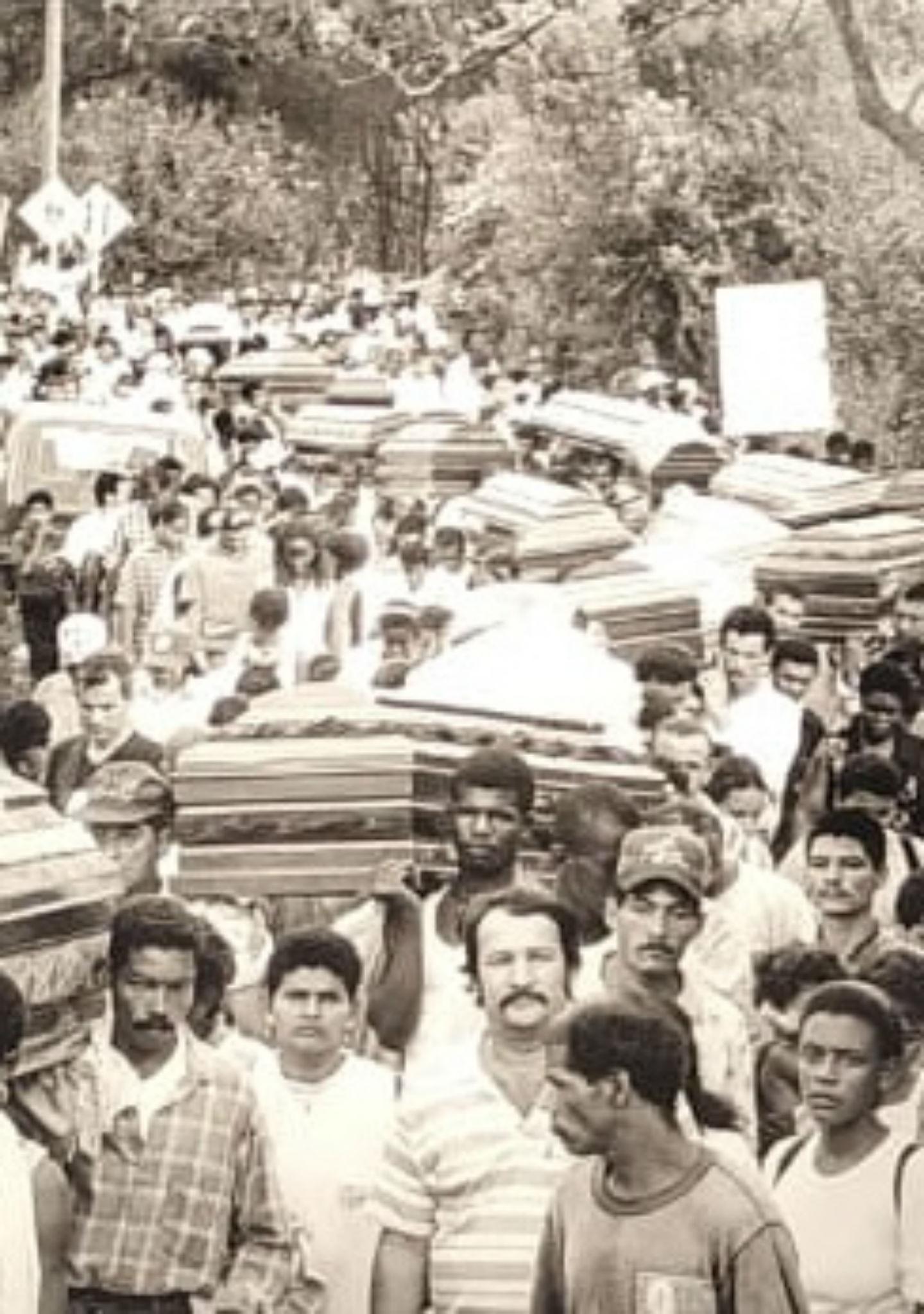 Entierro multitudinario de Machuca. Antioquia 1998