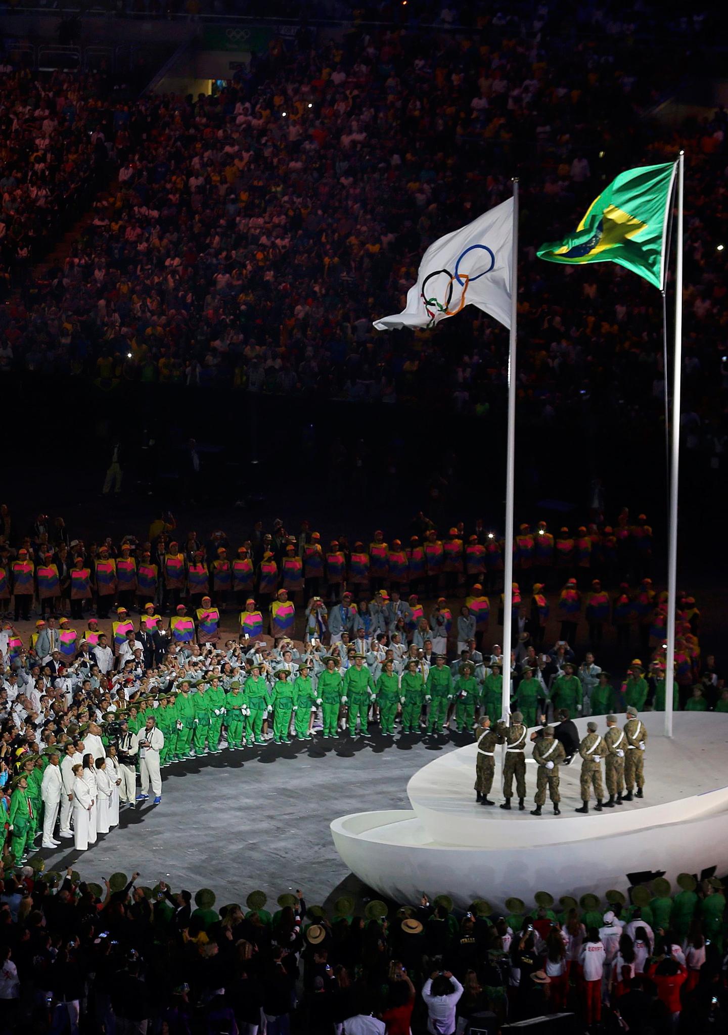 La bandera olímpica ondea en Maracaná